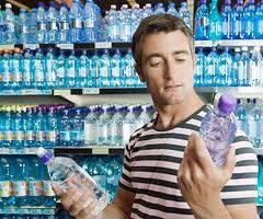 Bere un litro di acqua minerale ogni giorno può prevenire il declino cognitivo nei malati di Alzheimer