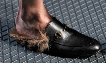 Sempre da Gucci sandali invernali in pelle abbinati a pantaloni blu con  risvolto e zoccoli stile sanitari ma in pelle e pelliccia interna da  indossare con ... 1fc7d507708